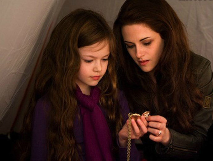 Kristen Stewart had a cute reunion with her Twlight daughter Renesmee, and WOW she's grown up!