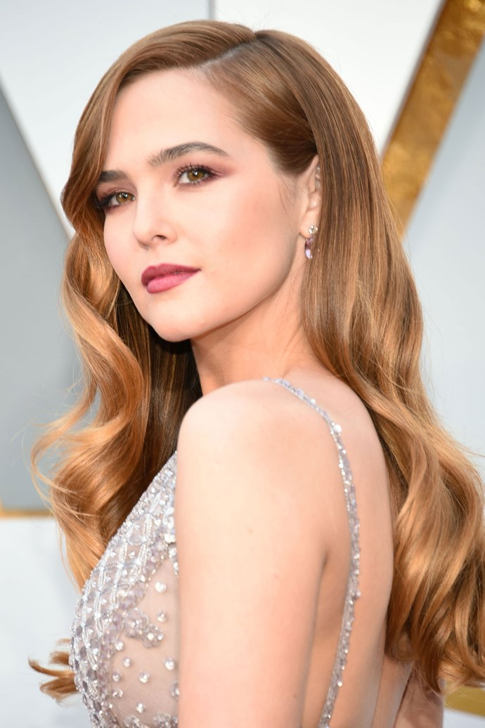 **Zoey Deutch** <br><br> This pink smoky cat eye pared with a dusty rose lid is defs one of our fave Oscars beauty looks hands down!