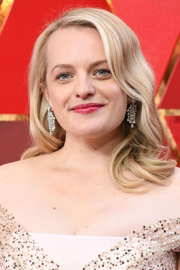 **Elisabeth Moss** <br><br> The *Handmaid's Tale* actress kept her beauty look simple, with loose, big barreled curls and a true pink lip.