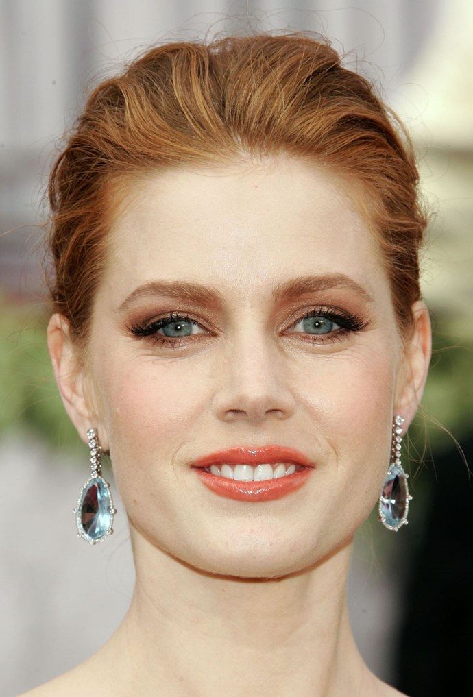 **Copper eyes + glossy lips** <br><br> If you have blue eyes take a leaf out of Amy Adams' book and shade your peepers in a bronze shadow. The colour contrast will enhance your iris *beautifully*.
