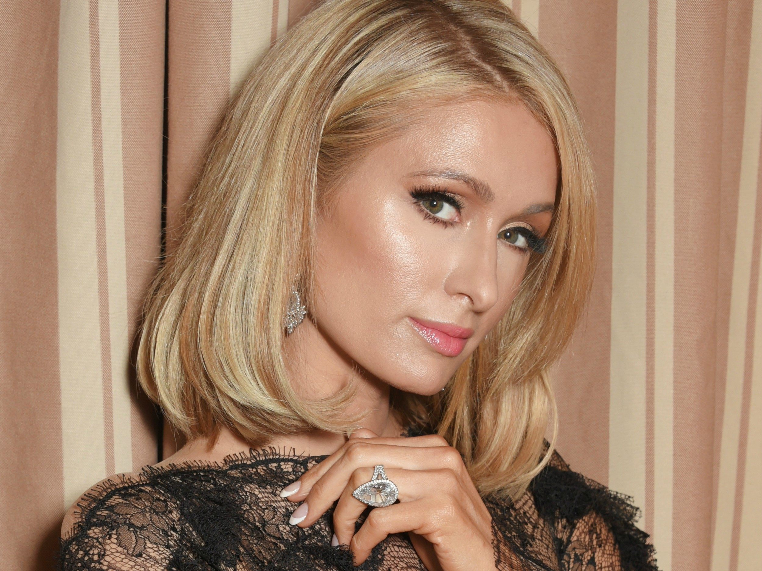 Paris Hilton briefly loses engagement ring at club