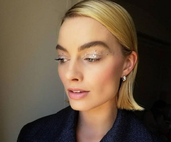"**Her hack for gettin' rid of puffy under eyes** <br><br>  As mentioned earlier, Margot's busy, jet-set lifestyle means her sleep patterns get all out of whack. And lack of sleep = puffy under eye circles. To depuff, she uses Talika Eye Therapy Patches ($52 at [Mankind](https://www.mankind.co.uk/talika-eye-therapy-patch-refills-6-patches/10366922.html|target=""_blank"")). ""While I'm getting my hair done, I put on Talika under-eye patches,"" she told [*BAZAAR*](https://www.harpersbazaar.com/culture/features/a16958/margot-robbie-daily-routine/