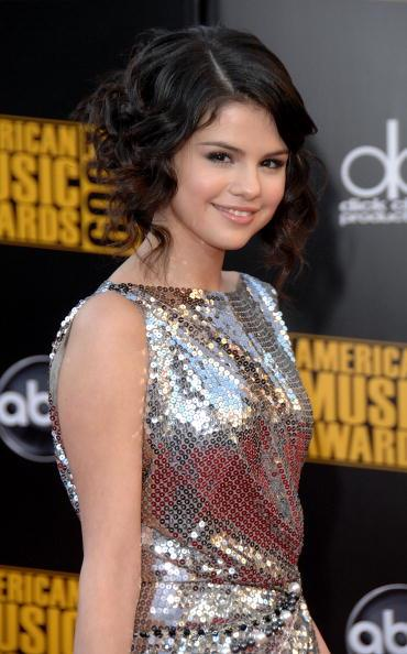 The singer debuts a curly up-do at the American Music Awards in 2009.