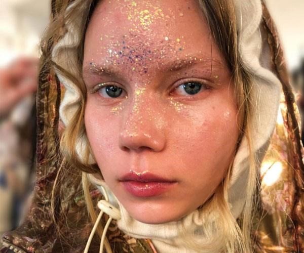 "**Glitter all-over** <br><br> This year, at the [Preen AW18 runway show](https://www.elle.com.au/beauty/mac-glitter-london-fashion-week-15915|target=""_blank"") at London Fashion Week, models strutted down the runway with a healthy smattering of glitter all-over."