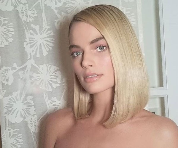 "**Margot's tip for creating the perfect makeup base** <br><br> For Margot, prepping skin with a primer won't cut it. Before applying her foundation, [the actress double masks](https://www.glamourmagazine.co.uk/gallery/margot-robbie-beauty-routine|target=""_blank""