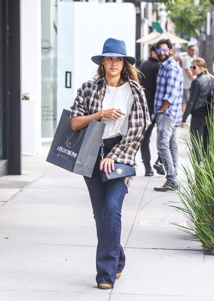 Jessica Alba giving it a more street mood. Sunday shopping attire sorted.