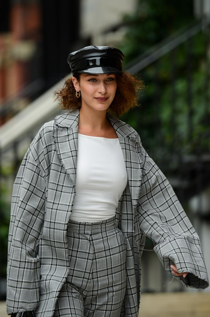 Just today, she's been seen on the streets of New York in a pageboy hat, brown lipstick and permed hair. Could not be more Fran Fine if she tried!