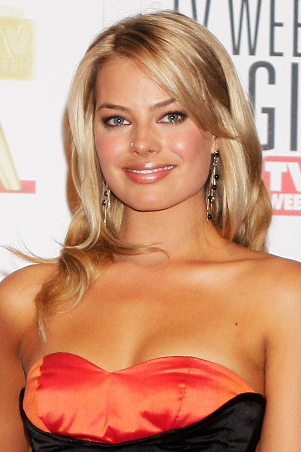 Margot stepped out on the 51st Logie Awards red carpet with warm blonde tousled locks, long side bangs and ultra sunkissed skin.