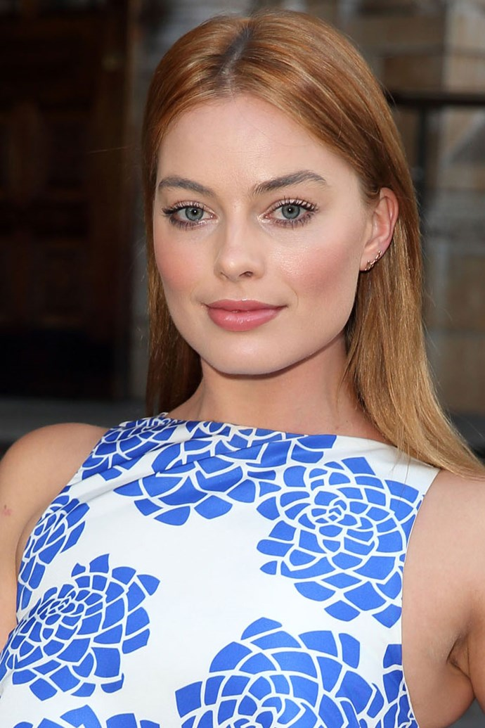 Making her transition from brunette back to blonde, Margot flirted with red tones for a short period of time.