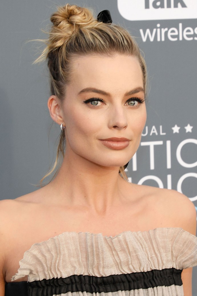 This is the sweetest top knot we ever did see! Margot starts 2018 by setting her beauty look bar high.