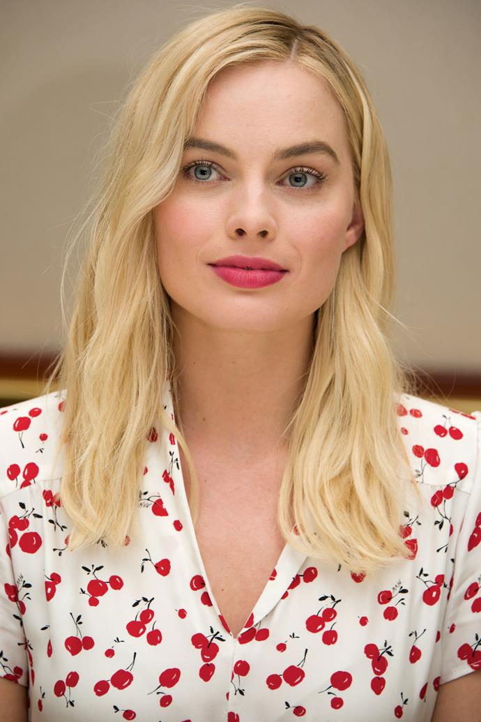 Robbie opts for a French-girl chic feel with a rosy pink lip and cheek combo and tousled tresses.