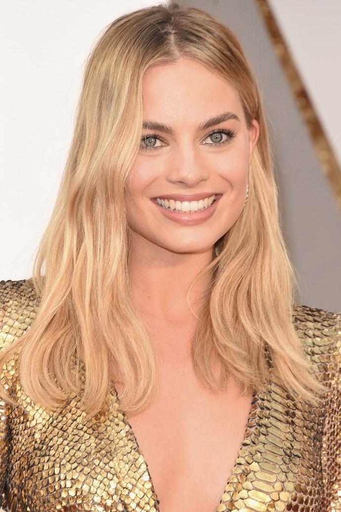 Margot's beachwave hair is absolutely to die for.