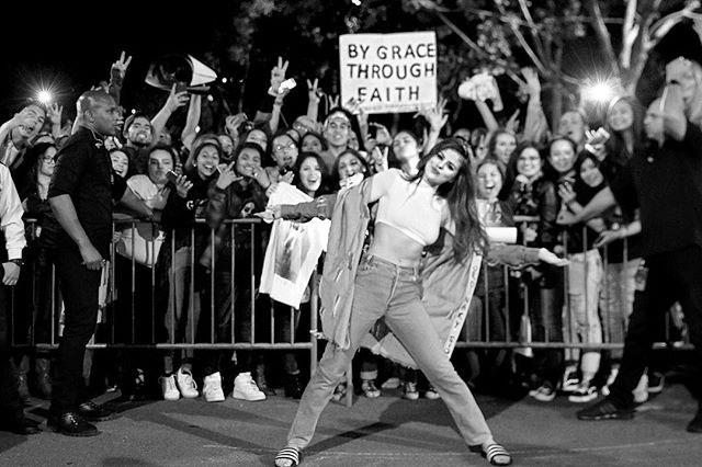 Before her San Jose show, the singer also posed for a picture with her fans wearing a long hem denim jacket with slogan detailing up the inside seam.