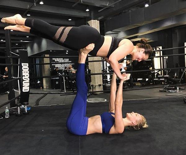 When it comes to working out, Karlie Kloss is more than willing to give her friends a lift. Here she is helping out Ashley Graham at supermodel hot spot Dogpound in New York City.