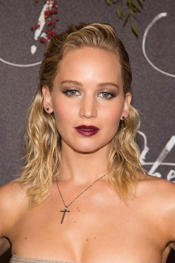 Jennifer walks the red carpet sporting wet beachy waves and a berry lip in 2017.