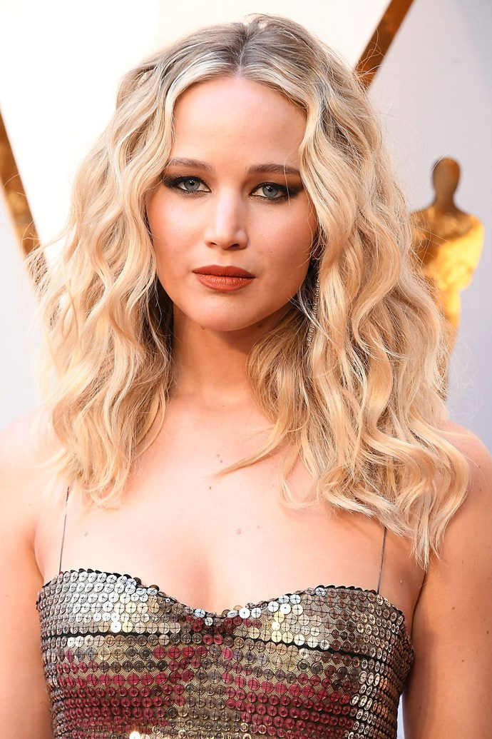 Curls and winged-out metallic eye shadow complemented Jennifer's gold sequin Dior dress at the 2018 Academy Awards.