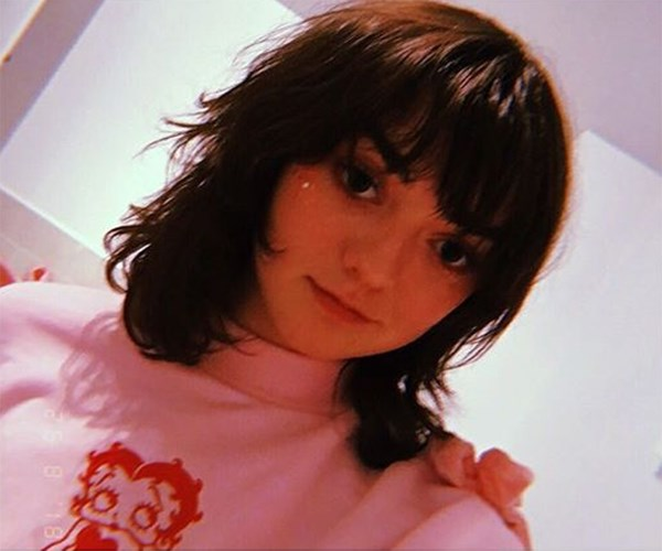 """**Maisie Williams** <br><br> Maisie Williams ditched her signature side part for a [French girl-inspired](https://www.elle.com.au/beauty/french-girl-hair-trends-pinterest-15882