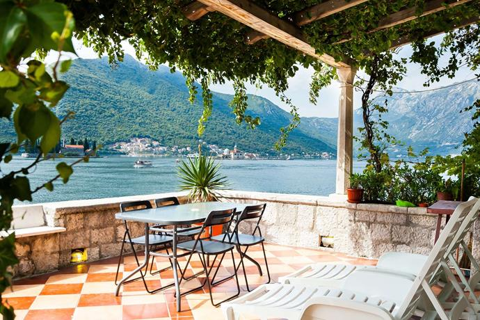 """**[""""WATERFRONT WITH EXTRAORDINARY VIEW""""](https://www.airbnb.com/rooms/2791283