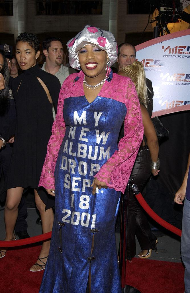 """**Macy Gray's """"walking billboard"""" look in 2001**<br><br>  Considering the VMAs red carpet is one of the most photographed in the world, it makes sense to use your outfit as as a promo for your next album. Just ask Macy Gray."""
