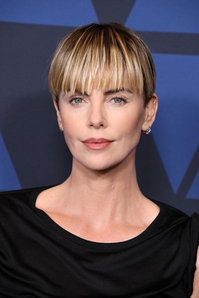 "**Charlize Theron**<br><br>  Oscar-winning actress Charlize Theron set the Internet ablaze when she took to social media in September 2019 to reveal she'd gotten a fresh chop in the form of the ultra-'90s [bowl cut](https://www.harpersbazaar.com.au/beauty/charlize-theron-bowl-haircut-19224|target=""_blank"")."