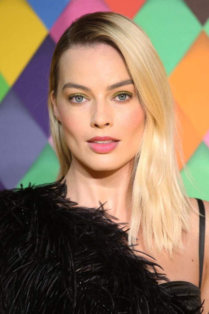 "Stepping out at the *Birds of Prey* premiere in London with glittery lime green eyeshadow, ['high-neutral' hair](https://www.elle.com.au/beauty/high-neutral-hair-22983|target=""_blank"") and pink lips at the end of January 2020."