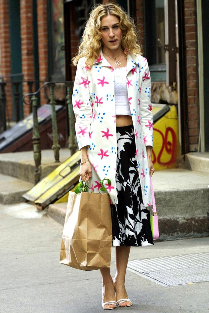 **Carrie Bradshaw in *Sex And The City*** <br><br> *The Print-On-Print* <br><br> While we have all fallen victim to the spontaneous 'grocery-run' outfit, Carrie's use of contrasting prints balances both colour and simplicity in the best, semi-chaotic way. It's certainly giving us some style inspiration for our next trip to the supermarket.