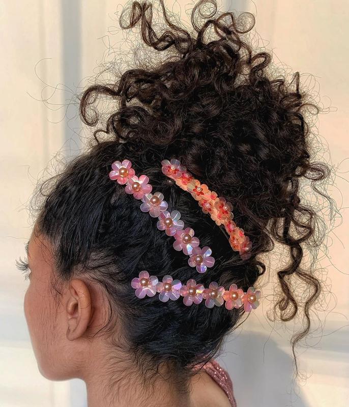 **The floral-embellished fanned out bun**<br></br> *Image via: Instagram/ @leletny*