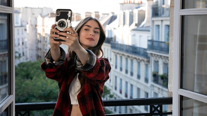 **6. Emily's Flannel And Selfie Moment**<br><br>  Probably the most pared-back outfit she has in the whole series, we kind of loved the simplicity of this moment. Plus, with Paris looking that gorgeous behind you, what more do you need?<br><br>  *Le mood:* When the angle and light is *just* right.