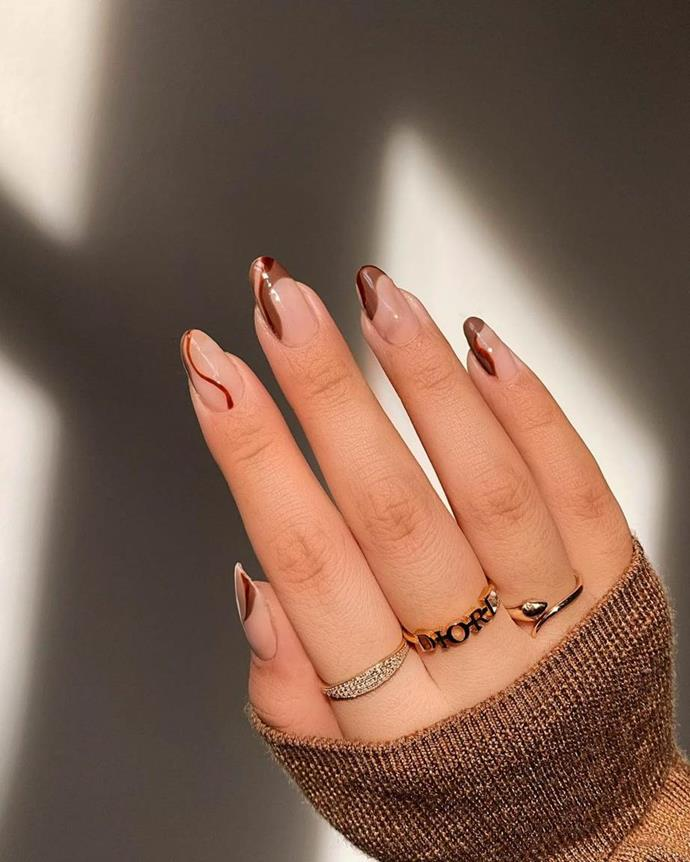 """***In: Subtle Squiggles***<br><br>  A softer take on the [squiggly nail art trend](https://www.elle.com.au/beauty/squiggly-nail-art-trend-24111 target=""""_blank""""), expect to see 'subtle squiggles' in earthy, natural hues taking centre stage this year. Trends like the '[chocolate whip manicure](https://www.elle.com.au/beauty/chocolate-whip-nails-24496 target=""""_blank"""")' (as seen here) are the way to go: embracing playful strokes in muted tones with a healthy splash of space in between.<br><br>  *Image: [@amyle.nails](https://www.instagram.com/amyle.nails/ target=""""_blank"""" rel=""""nofollow"""")*"""