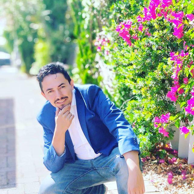 """**Carlos Castro** <br><br> *Instagram: [@charlieshun](https://www.instagram.com/charlieshun/ target=""""_blank"""" rel=""""nofollow"""")* <br><br> Born in Colombia, the 39-year-old Perth-based teacher has a lust for life that is unrivalled. Loud, proud and bursting with energy, Carlos's friends describe him as """"loco"""", as per *7 News*, but perhaps it's due to the 14 cups of coffee he drinks obsessively each day. Carlos can't stand negative people and is hoping the other housemates will find his positivity infectious. But only time will tell. <br><br> *Big Brother* Australia airs Monday to Wednesday at 7:30pm on Channel 7."""