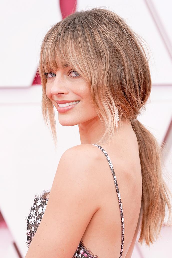 "[Margot Robbie](https://www.elle.com.au/beauty/margot-robbie-fringe-oscars-2021-25123|target=""_blank"") sports a front fringe, fresh brown-blonde tresses and a natural makeup look."