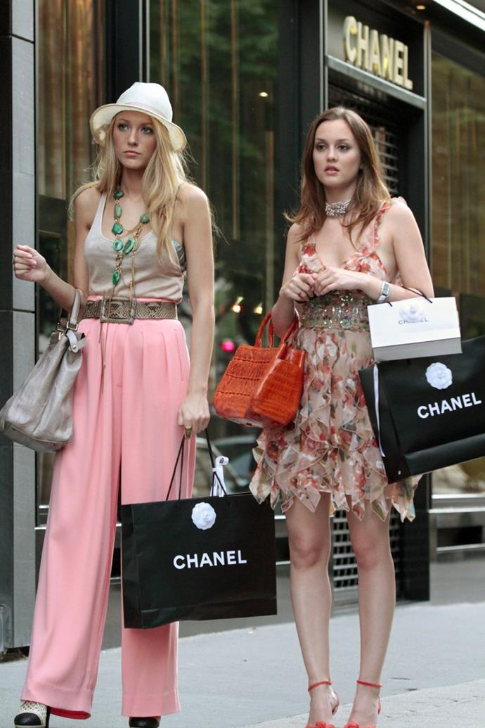 Yet another one of Serena and Blair's most memorable parades through Paris was Queen B's earth-toned mini dress with floral detailing and a burnt orange, animal skin handbag.