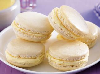 White chocolate and vanilla macarons