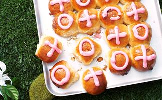 Noughts and Crosses chocolate chip Easter Buns