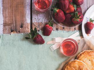 Strawberries with chocolate cream dip