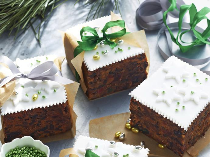 "**Christmas gift cakes** <br><br> These adorable little parcels make a perfect gift at Christmas time.  <br><br> [**Read the full recipe here**](https://www.womensweeklyfood.com.au/recipes/gift-christmas-cakes-5630|target=""_blank"")"