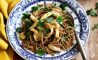 wholemeal spaghetti with green lentils, mushrooms and parsley butter