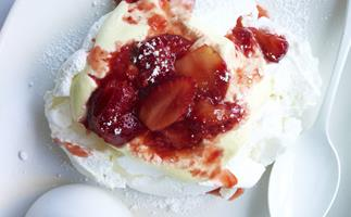 pavlovas with crushed strawberries and cream