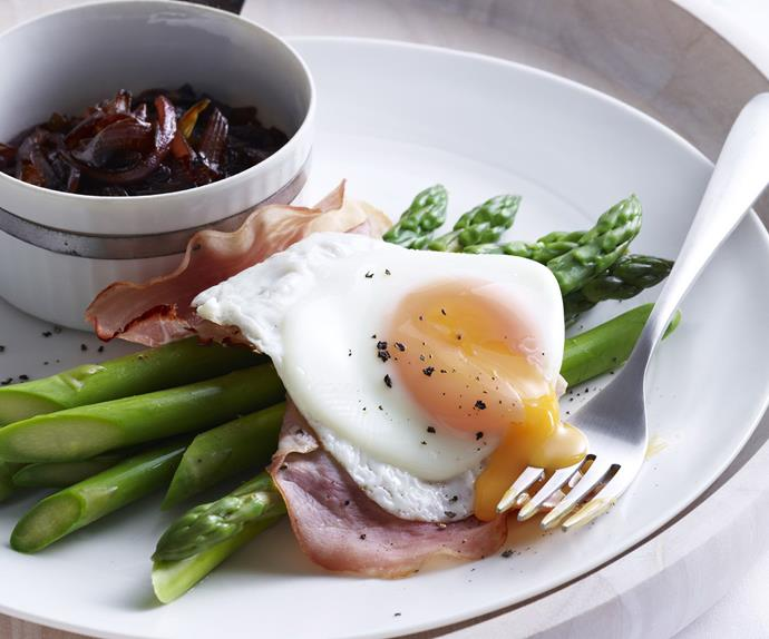 eggs with asparagus, grilled ham and onion jam