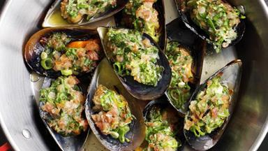 Grilled mussels with prosciutto