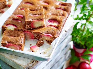 Sugar-free spiced nectarine cake