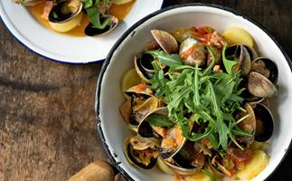Clams on steamed new potatoes and rocket