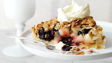 Blueberry apple crumble pie