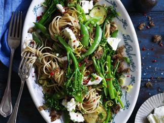 Wholemeal vegetable spaghetti with garlic crumbs