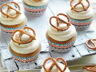 Beer and pretzel cakes with coffee cream