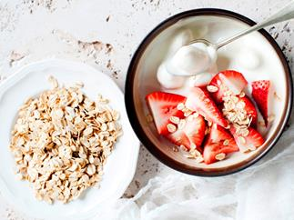 Oats with strawberries and yoghurt