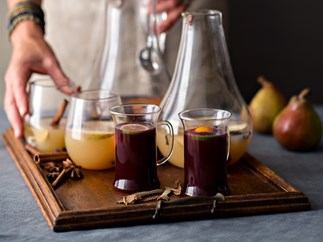 Aromatic white and red mulled wine