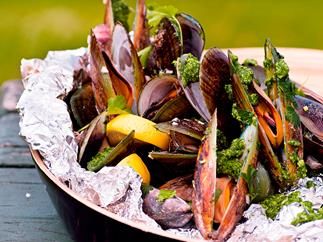 Barbecued mussels with rocket pesto