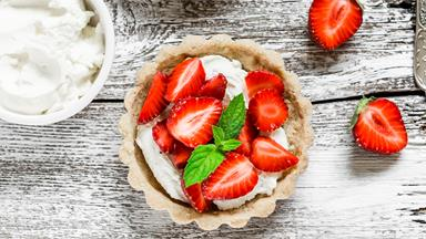 Easy no-bake strawberry tarts with creamy mascarpone filling