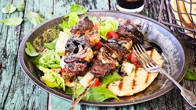 Balsamic beef skewers with easy barbecue flatbread
